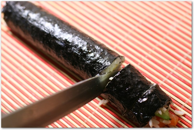 巻き寿司を切っているところ