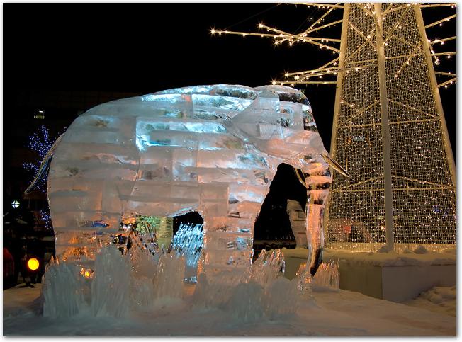 さっぽろ雪まつりライトアップされた雪像