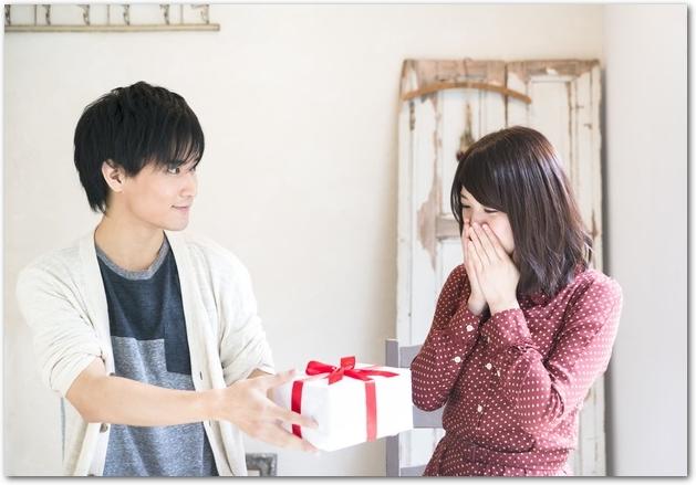 プレゼントを女性に渡す男性