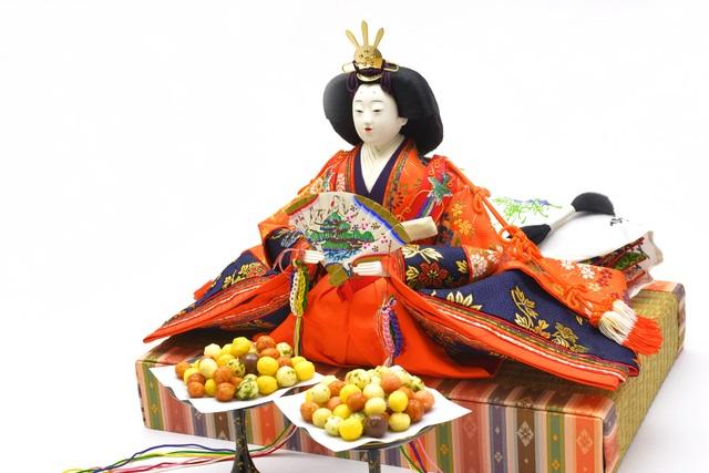 ひな飾りとちらし寿司他豪華なお料理の数々