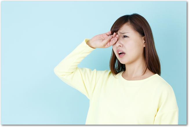 花粉症に苦しんでいる女性