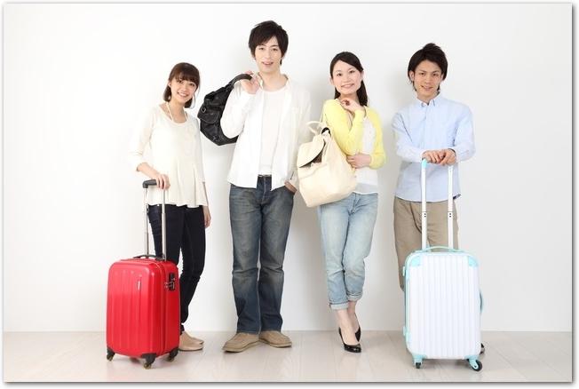 卒業旅行に出かける男女4人組