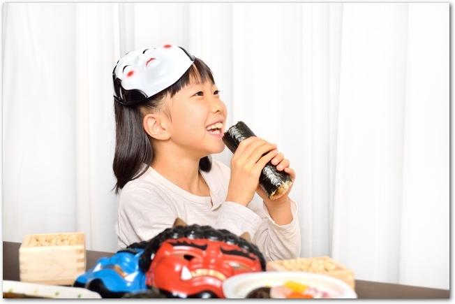 恵方巻を食べようとしている女の子