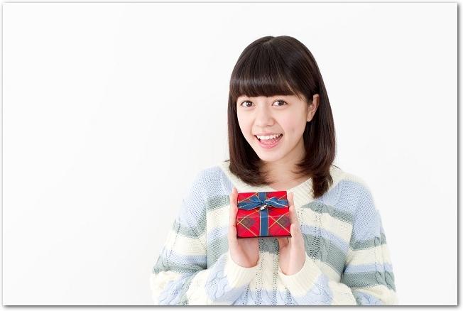 バレンタインチョコレートを持つ女の子