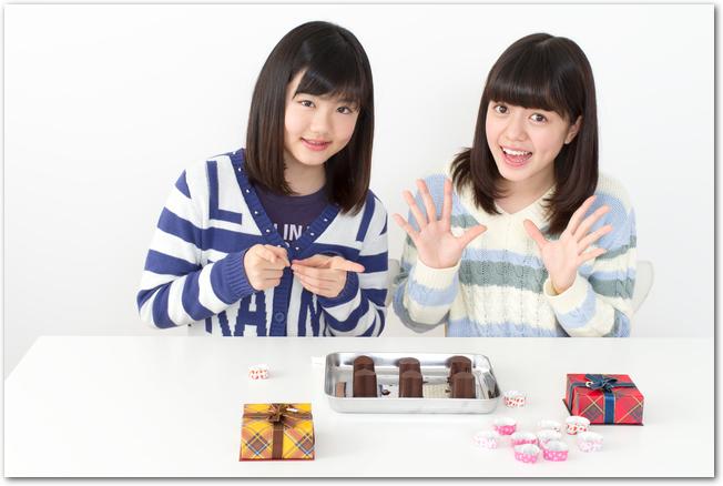 バレンタインのチョコレートを手作りするふたりの女の子