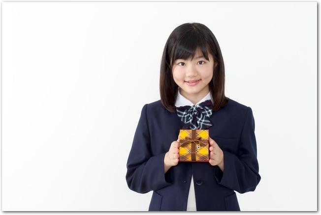 バレンタインチョコを渡そうとする女子高校生