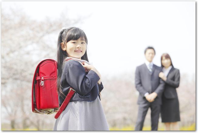 ピカピカのランドセルを背負う女の子