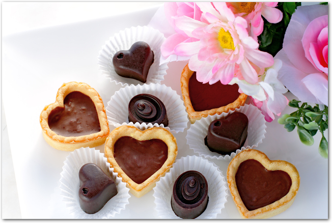 タルト生地を使ってデコレーションしたバレンタインチョコレート