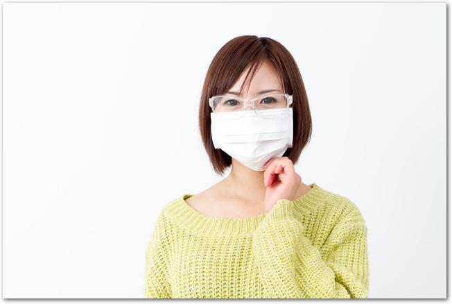 マスクと防護メガネを着用してアレルギー対策をする女性
