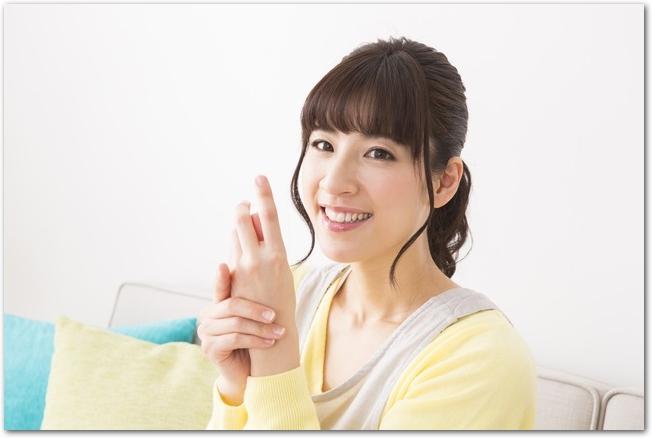 荒れた手指が治って笑顔の女性