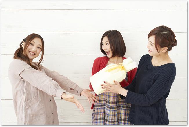 友人に引越し祝いをプレゼントする女性たち