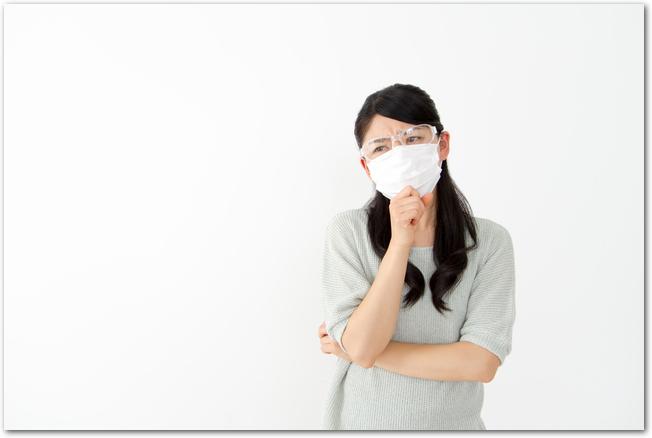 花粉症の鼻水と目のかゆみに悩む女性