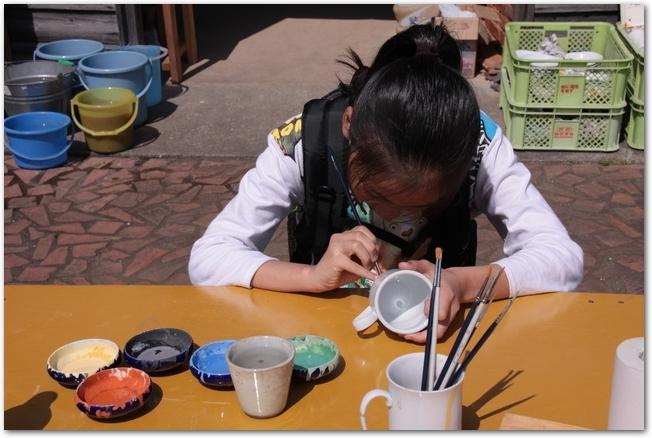 陶器の絵付け体験をしているようす