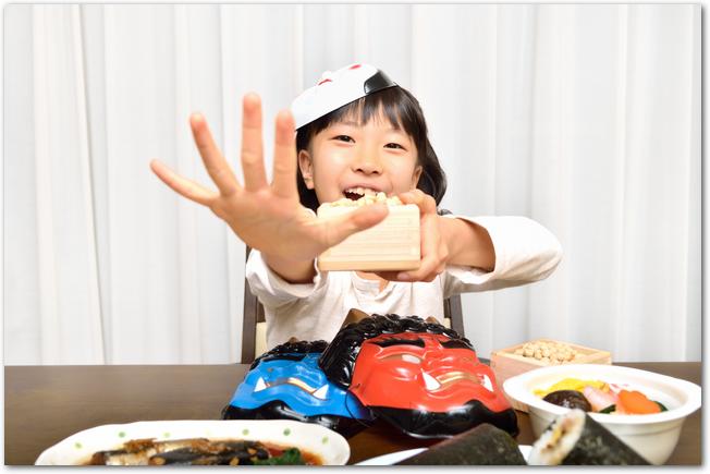 恵方巻を食べようとしている女の子と料理
