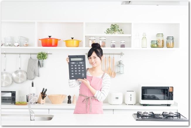 キッチンで節約に挑戦し成功している女性
