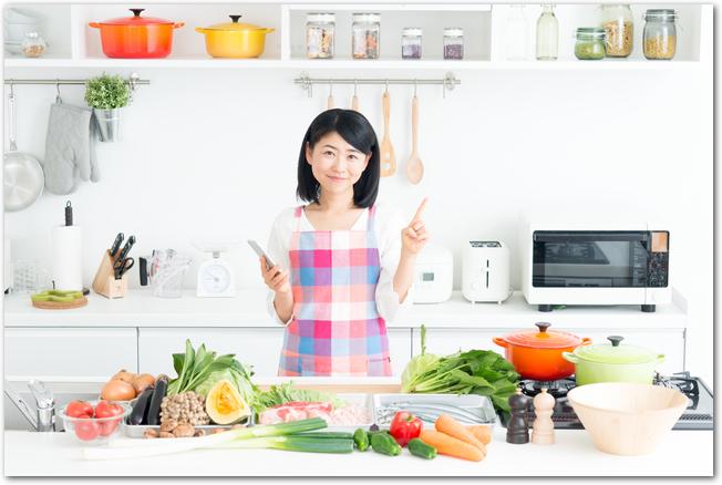 食料品をまとめ買いして節約を試みている女性