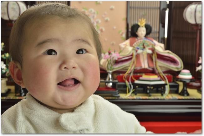 ひな段の前で笑っている赤ちゃん
