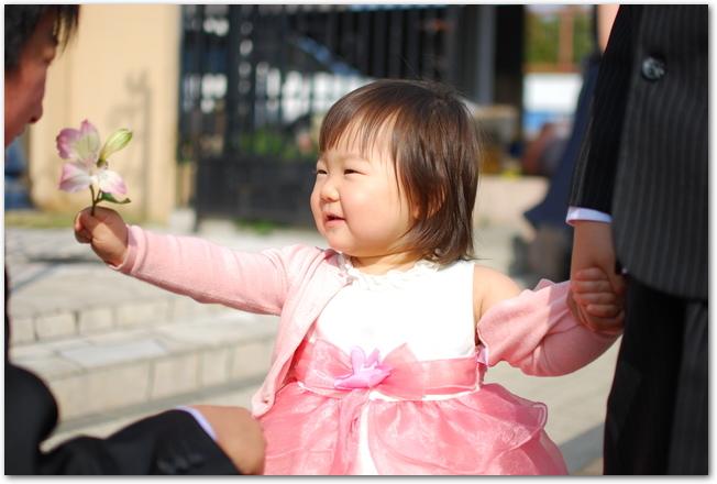 結婚式に出席する赤ちゃん