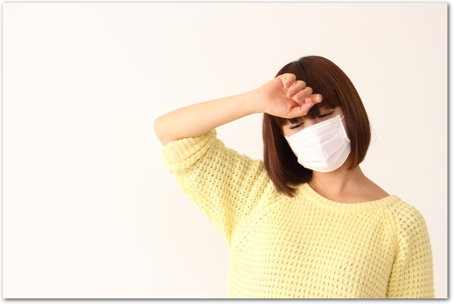 花粉症で微熱の症状が出ている女性