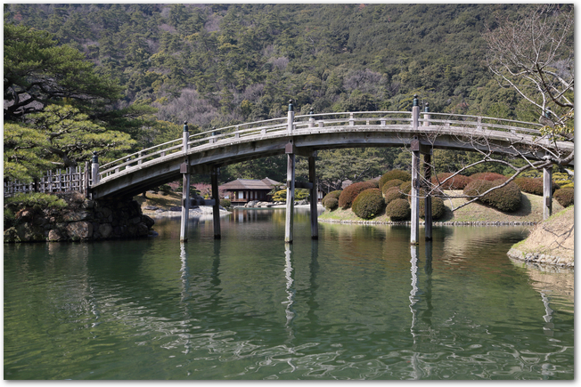 桜の開花を待つ栗林公園の偃月橋と掬月亭