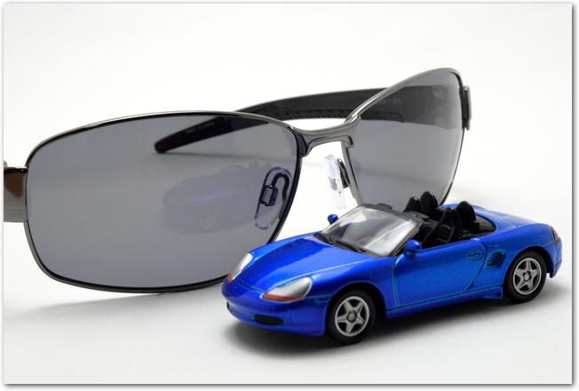 偏光サングラスと車の模型
