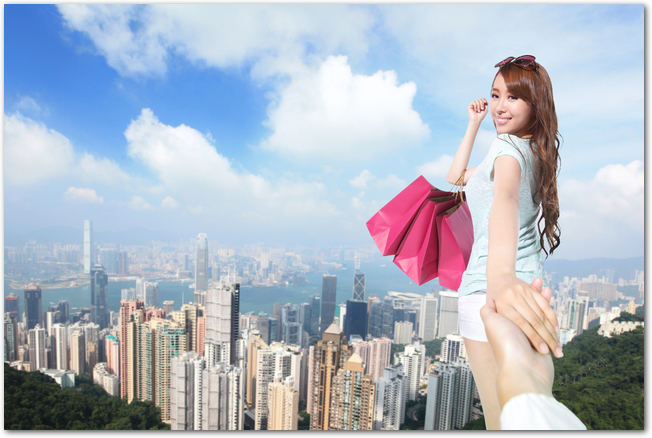 香港でショッピングを楽しもうとする女性