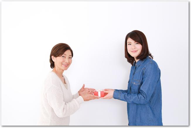義母に母の日のプレゼントを渡す女性