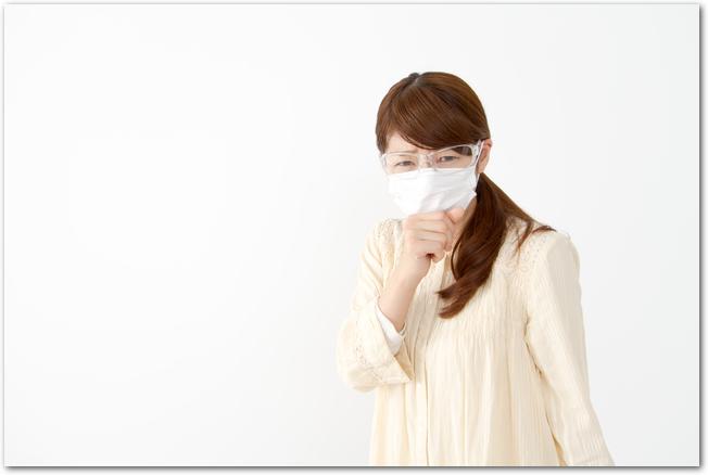花粉症対策の眼鏡とマスクをする女性