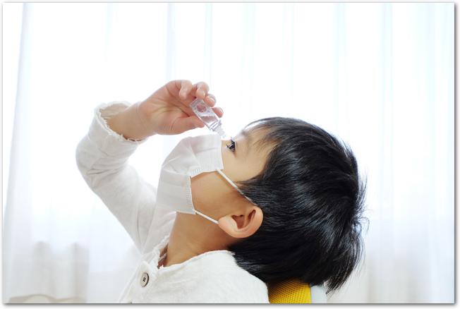 花粉症で目薬をする男の子
