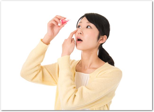 目薬をさす女性