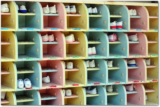 上履きが並ぶ幼稚園の下駄箱