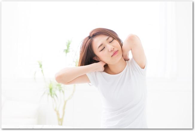 首の痛みに疲れている女性