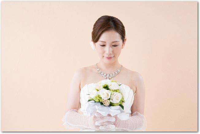 ブーケを手に目を伏せて気持ちを込める花嫁