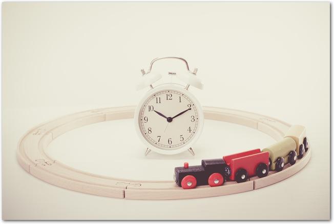 子ども部屋のおもちゃと置時計