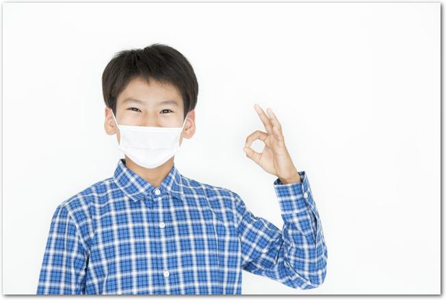 花粉症対策のマスクをする男の子