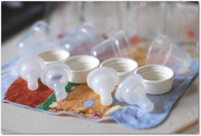哺乳瓶を並べて乾燥させているようす