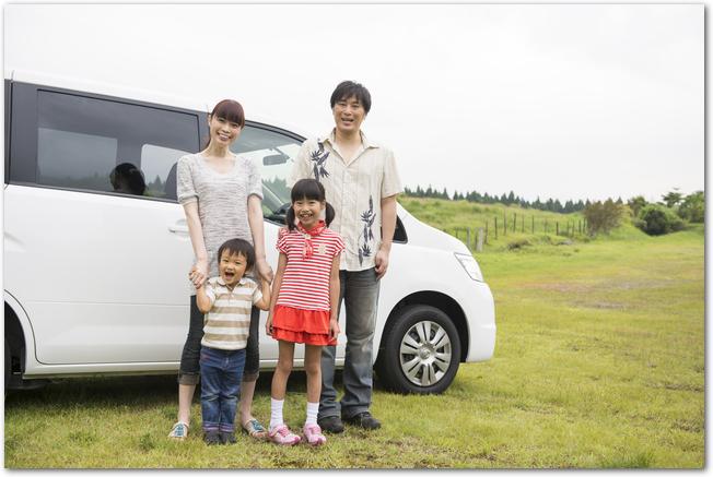 家族でドライブの途中で景色を見るようす