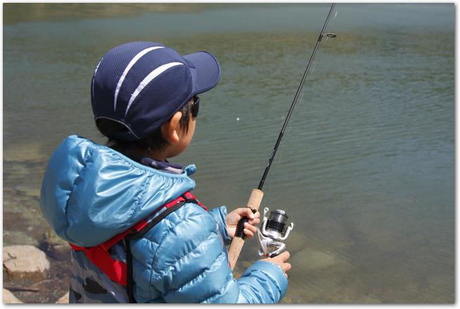 偏光サングラスをして釣りをしている男の子