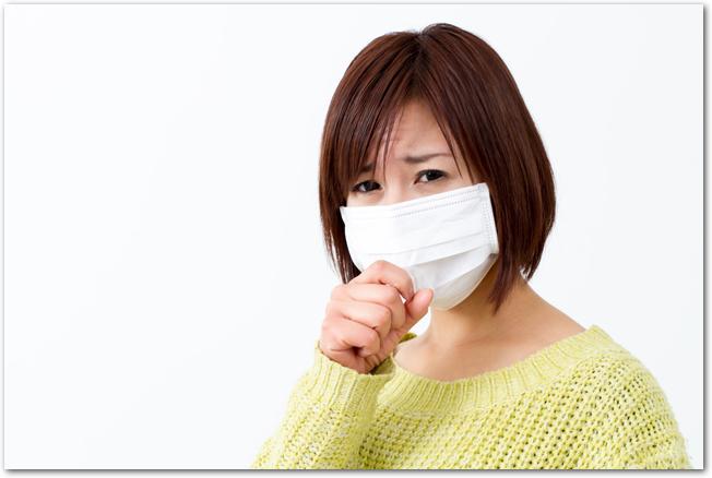 マスクをして頭痛も感じている女性
