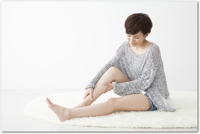 冷え性を気にして足をマッサージする女性