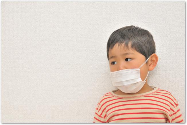 マスクをして不安そうにしている男の子