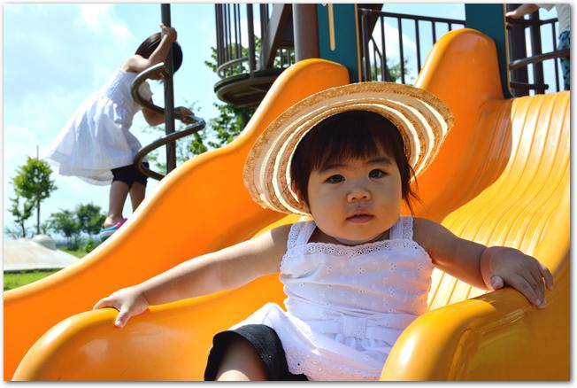 日光を浴びながら遊ぶ赤ちゃん