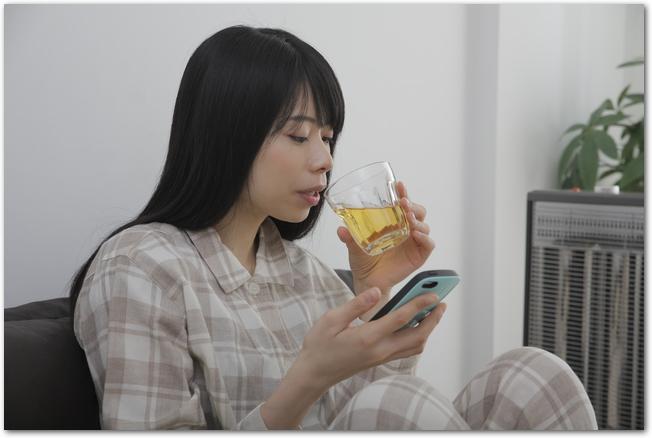 グラスに注いだ梅酒を飲もうとする女性