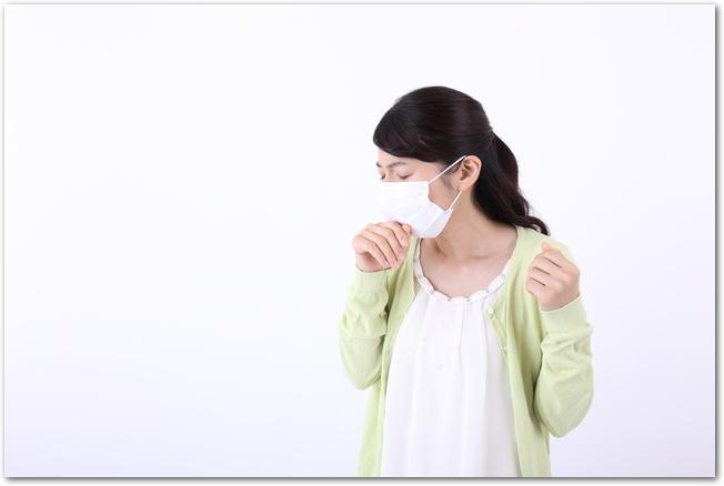 咳が止まらずマスクをしている女性