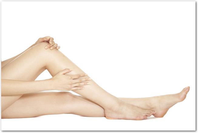 脱毛をしてつるつるの肌の女性の足