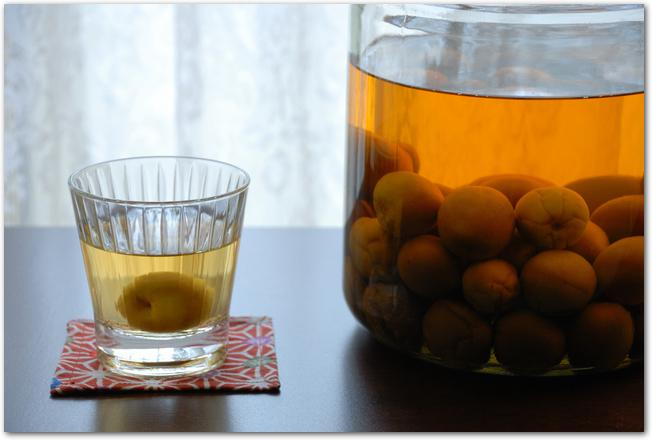 梅酒ができ上がった瓶とグラスに注いだ梅酒