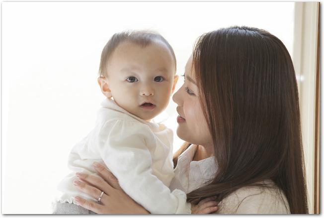 元気を回復して笑顔でお母さんに抱っこされるママ