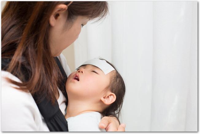 熱を出してママに抱かれている女の赤ちゃん