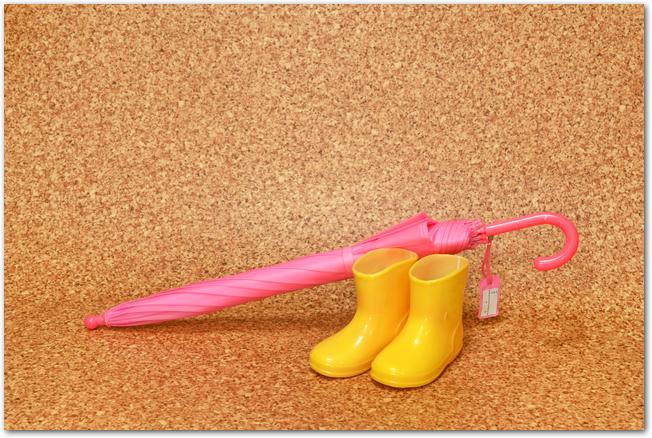 黄色い長靴とピンクの傘
