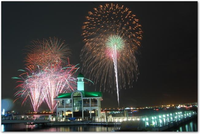ぷかりさん橋から望む横浜開港花火大会